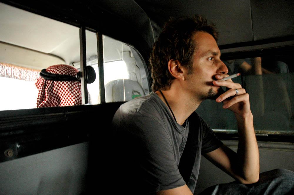 Syria. Podróż przez pustynię. Dym papierosa. Spokój.