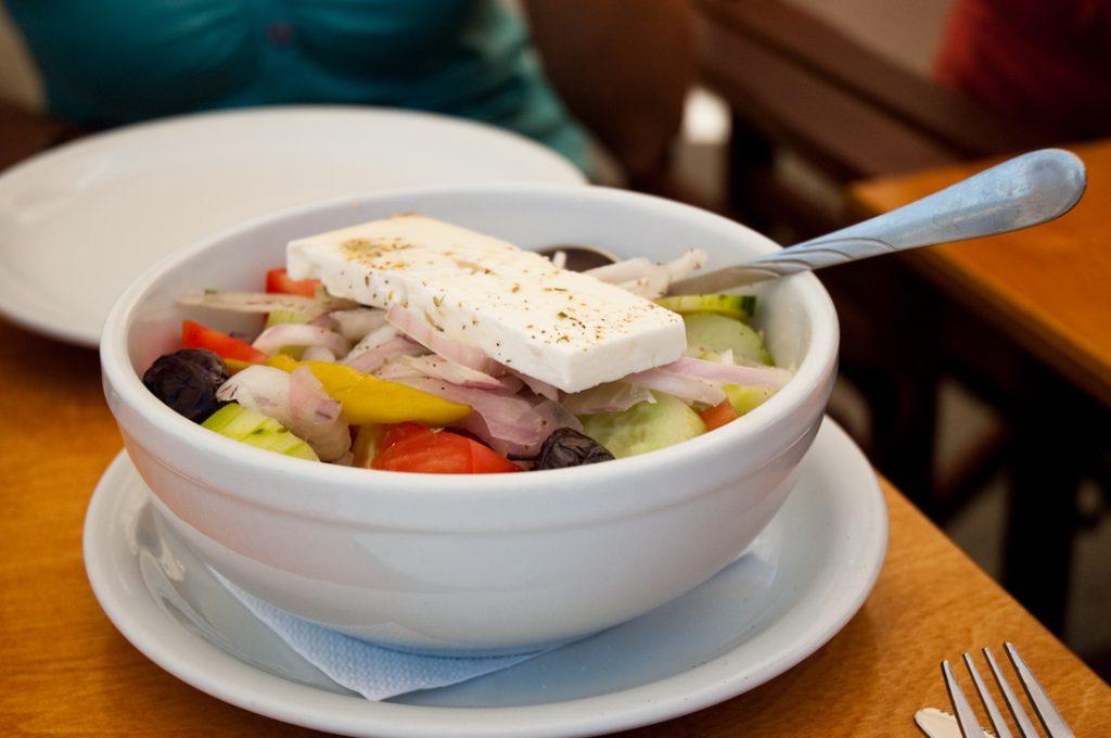 """Choriatiki, czyli sałatka grecka (tak naprawdę nazywa się ona """"wiejską"""") - prosty smak Grecji"""
