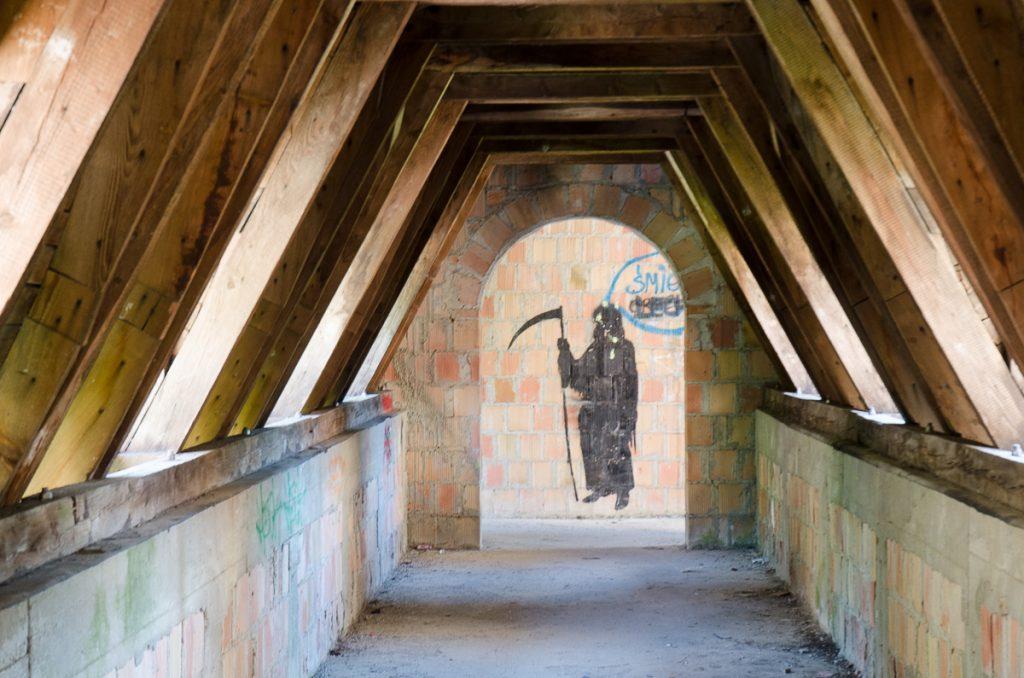 Namalowana na ceglanym murze postać śmierci, z kosą w ręku, ma zapewne przypominać o ulotności naszego życia, zamek w Łapalicach zdaje się być jednak jej przeciwieństwem, symbolem nieustannego trwania.