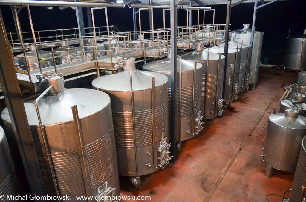 Kilkanaście stalowych kadzi, stała temperatura utrzymywana przez komputer, nieustanny monitoring - kluczowy etap produkcji wina.