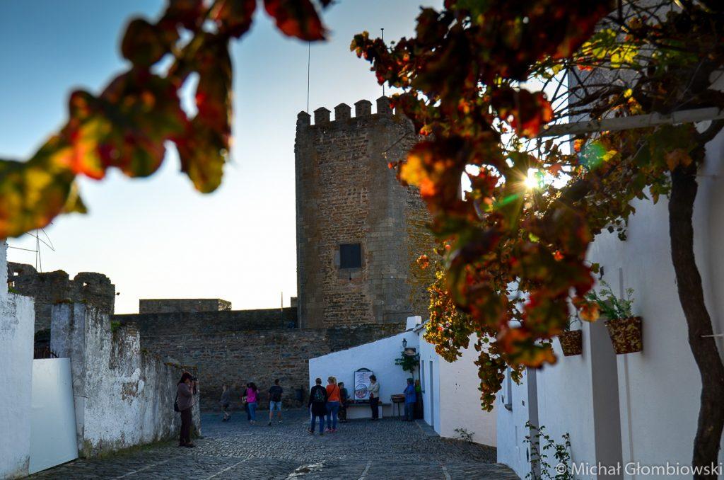Niewielki zamek w Monsaraz, pamiętający średniowiecze, otoczona pierścieniem białych domów przykrytych rdzawymi dachówkami i sięgającymi po horyzont plantacjami drzew jest jak symbol całego Alentejo