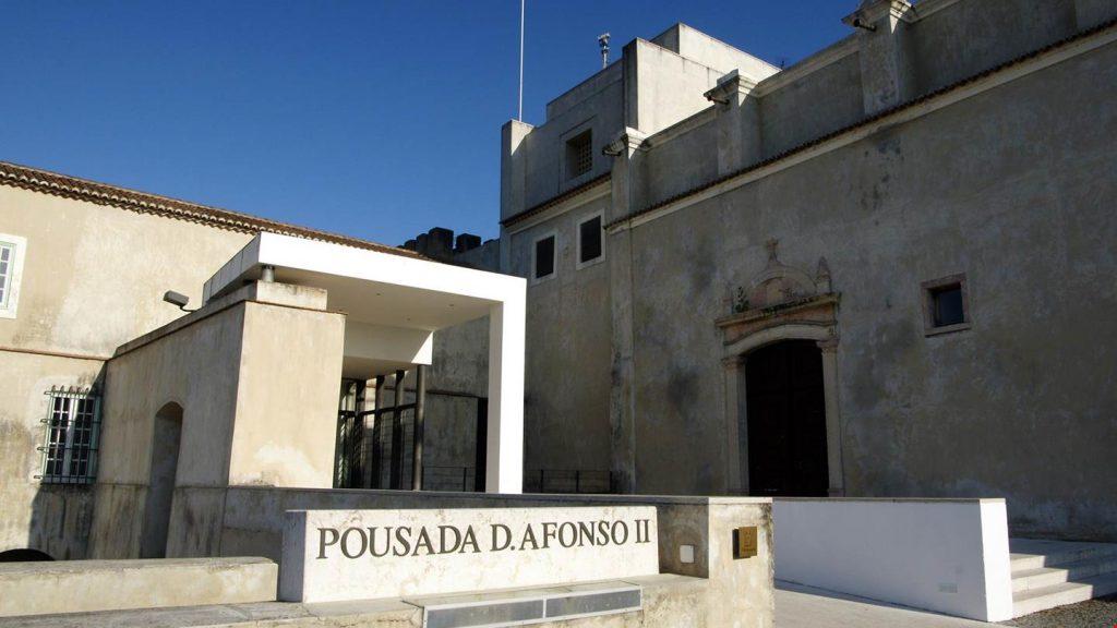 Gdzie spać w Portugalii? Chociażby w pousadas - dawnych zamkach i klasztorach. Nowoczesna brama po lewej, po prawej średniowieczne mury.