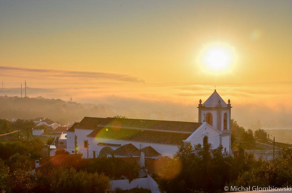 Poranny widok z zamkowych murów na kościół w Alcacar do Sal, Portugalia