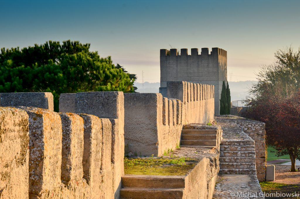 Wędrówka w ciszy po murze Posady D. Alfonso II, Portugalia - Gdzie spać w Portugalii