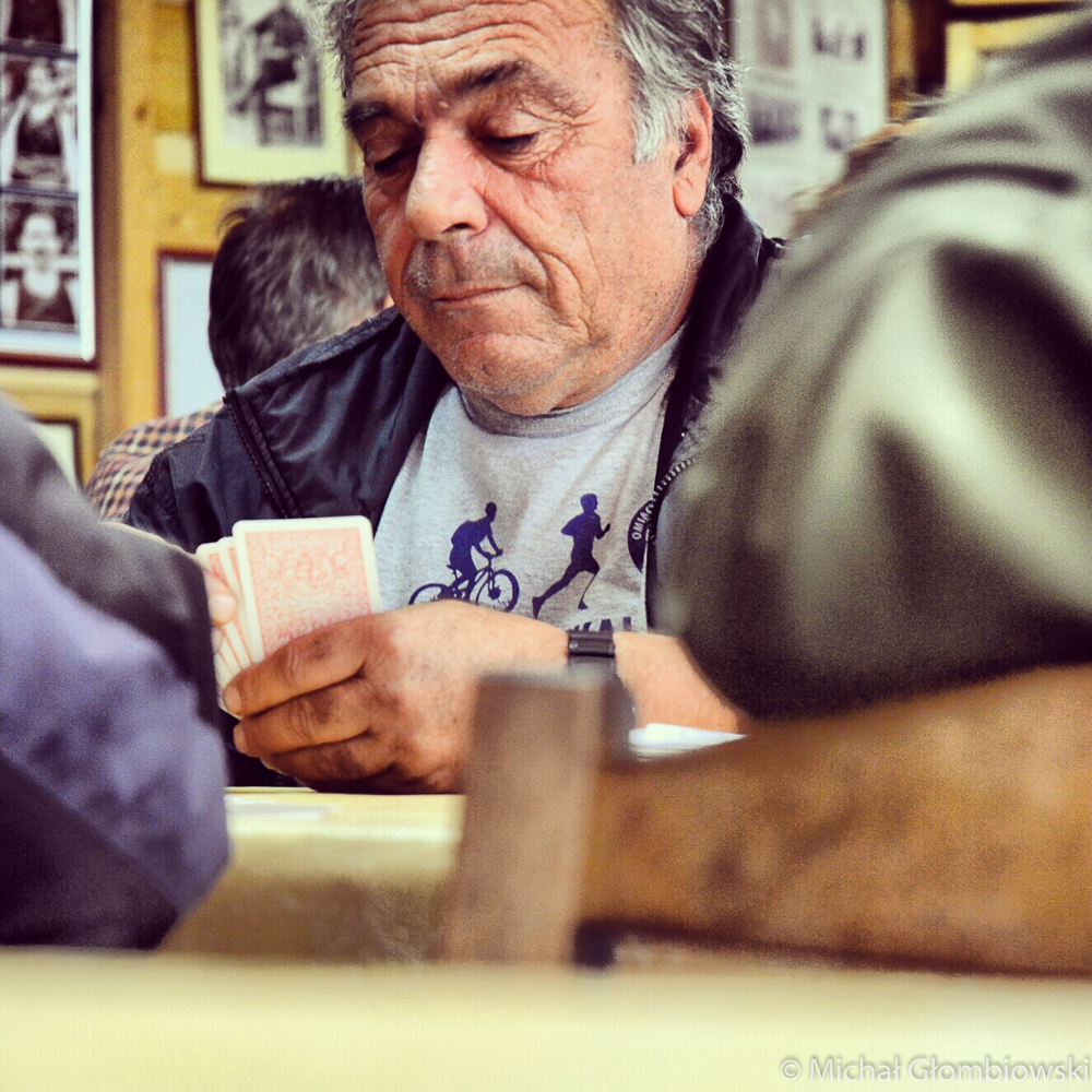 W przejętych przez mężczyzn kafenionach czas upływa na grze w karty, popijaniu raki i niekończących się rozmowach