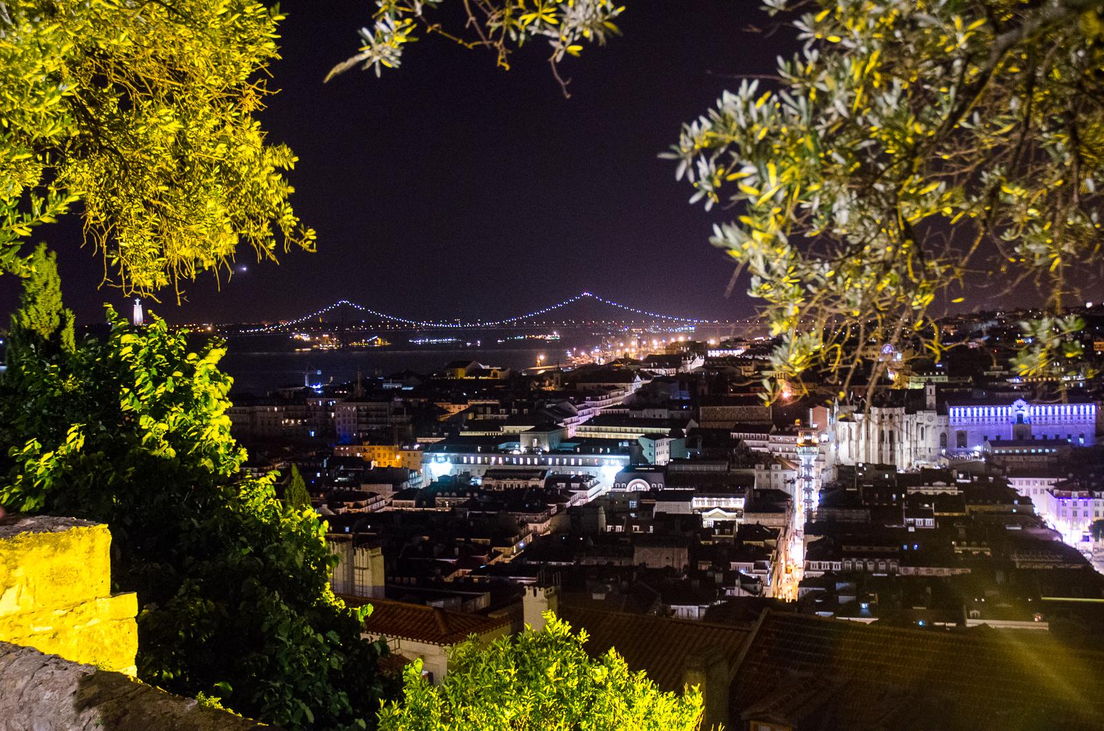Lizbona nocą. Czmychanie z restauracji na papierosa. Patrzenie na miasto. Wino we krwi
